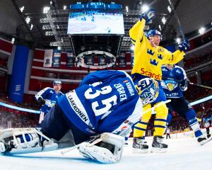 150208 Sveriges Nicklas Danielsson jublar efter att ha gjort 2-1 bakom Finlands mŒlvakt Atte Engren under ishockeymatchen i Euro Hockey Tour mellan Sverige och Finland den 8 februari 2015 i Stockholm. Foto: Joel Marklund / BILDBYRN / kod JM / 86926