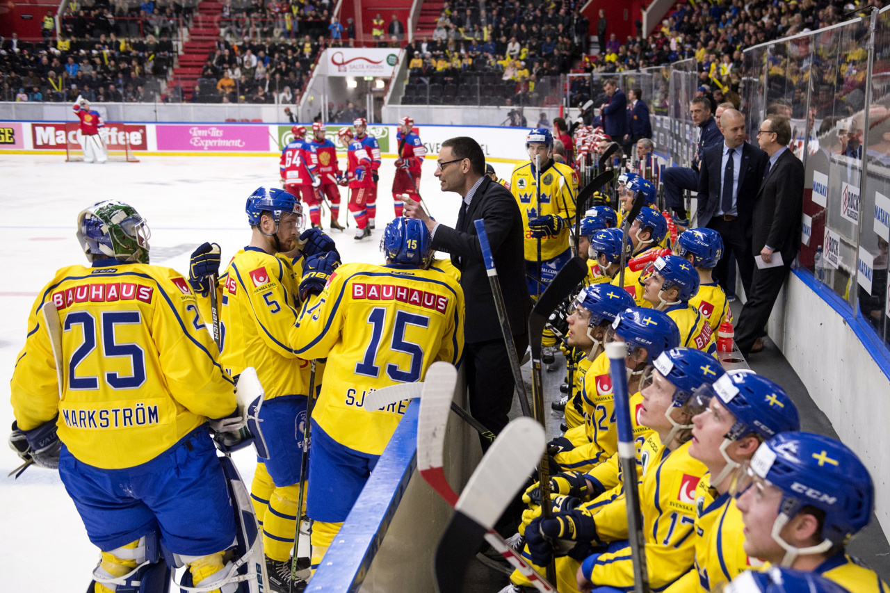 160421 Sveriges lag under en reklampaus under landskampen i ishockey mellan Sverige och Ryssland den 21 april i SšdertŠlje. Foto: Erik Simander / BILDBYRN / Cop 201