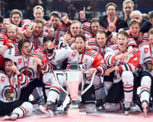 160209 Fršlundas lag jublar efter segern under finalen i CHL mellan KŠrpŠt och Fršlunda den 9 februari 2016 i UleŒborg. Foto: Carl Sandin / BILDBYRN / kod CS / 57830