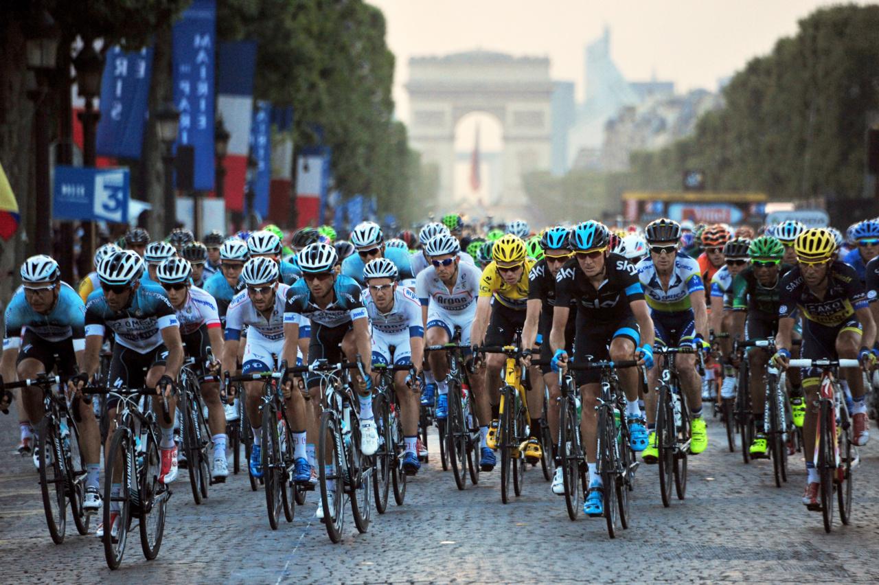 130721, Cykel, Tour de France 2013: GEPA-21071354003 - PARIS,FRANKREICH,21.JUL.13 - SPORT DIVERS, RADSPORT - Tour de France 2013, 21. Etappe, Versailles - Paris Champs-Elysees. Bild zeigt das Feld mit Chris Froome (GBR/ Sky). Keywords: Gelbes Trikot.. Foto: GEPA pictures/ Herman Seidl   © BildbyrŒn - COP 81 - SWEDEN ONLY