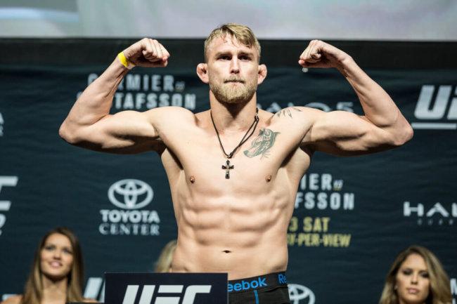 151002 Sveriges Alexander Gustafsson klarar vikten infšr sin titelmatch mot mŠstaren Daniel Cormier pŒ UFC 192 i Toyota Center den 3 oktober 2015 i Houston. Foto: Meddi Kabirzadeh / BILDBYRN / Cop 195