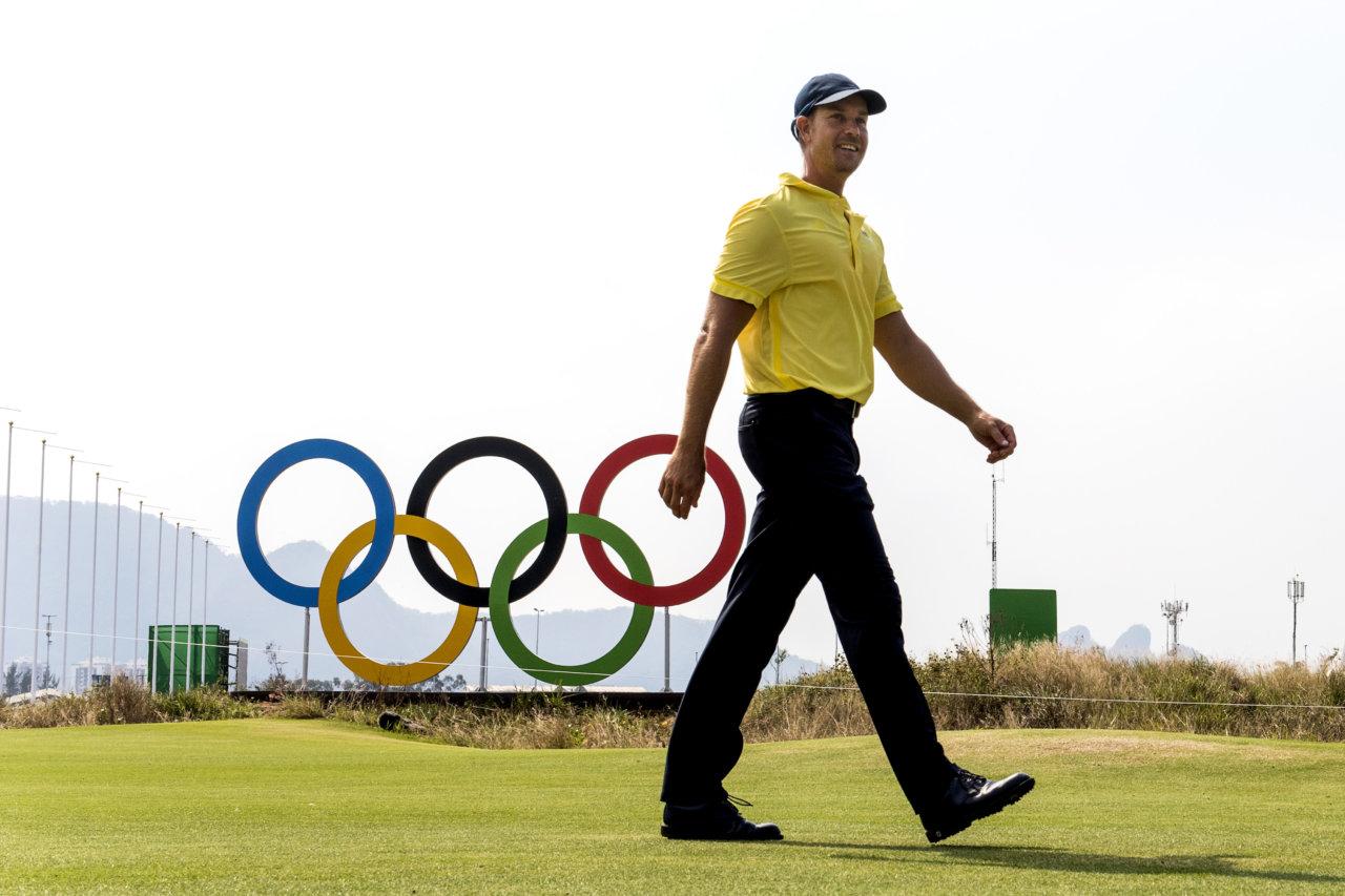 160809 Henrik Stenson framfšr OS-ringarna under en trŠning med det svenska golflaget den 9 augusti 2016 under OS i Rio de Janeiro. Foto: Daniel Stiller / BildbyrŒn / kod DS / 59016