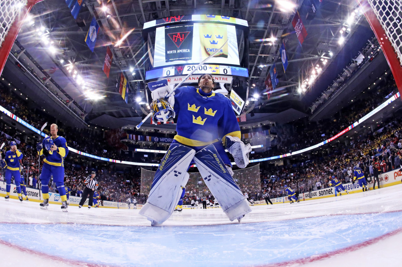 160921 Sveriges mŒlvakt Henrik Lundqvist under ishockeymatchen mellan Nordamerika och Sverige under dag 5 av World Cup of Hockey den 21 september 2016 i Toronto. Foto: Bruce Bennett / POOL / BILDBYRN / 35249