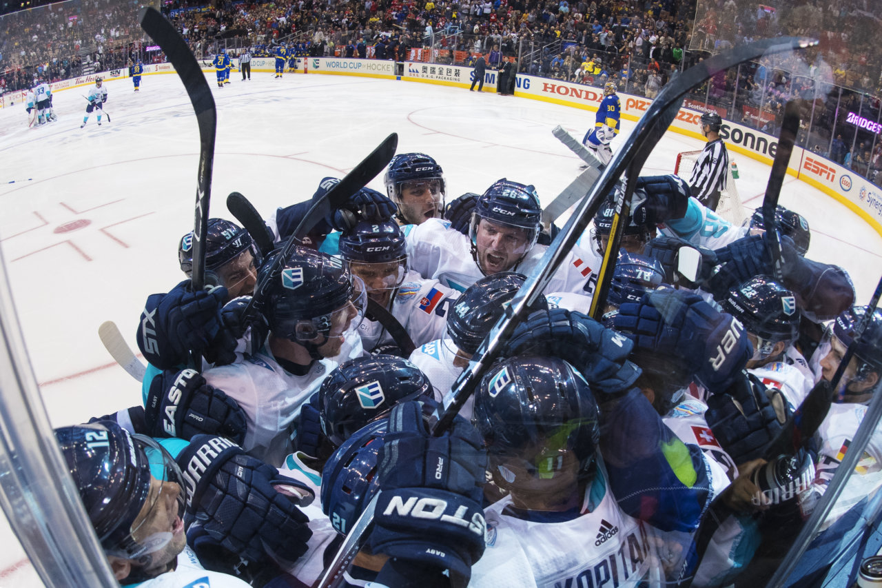 160925 Europas spelare jublar efter att Tomas Tatar gjort det matchavgšrande 3-2-mŒlet under semifinalen i World Cup of Hockey mellan Europa och Sverige den 25 september 2016 i Toronto. Foto: Joel Marklund / BILDBYRN / kod JM / 87339